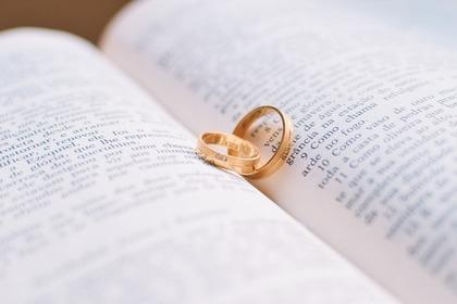 英語の本と指輪