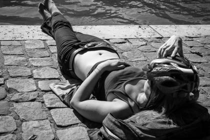 川べりで昼寝する女性