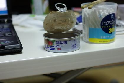 蓋の開いたツナ缶