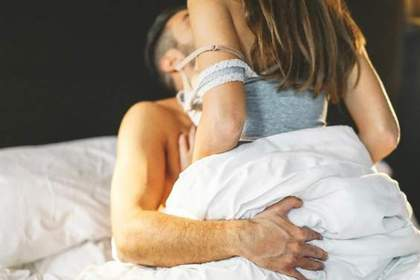 ベッドで男女が抱き合う画像