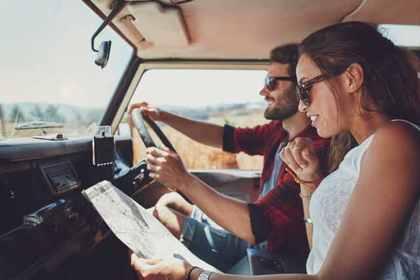トラックを運転する男女