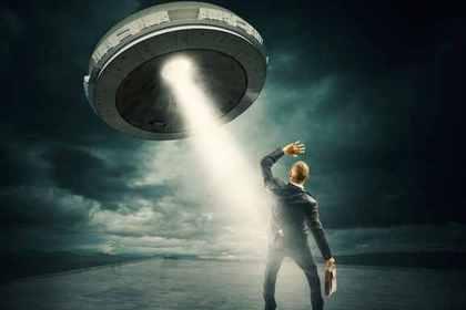 UFOにさらわれる男性