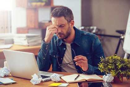 真面目にパソコンに向かっている男性