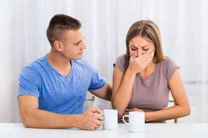 泣いている女性を慰めている男性