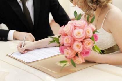花を持つドレスの女性