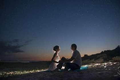 夜景を見る男女