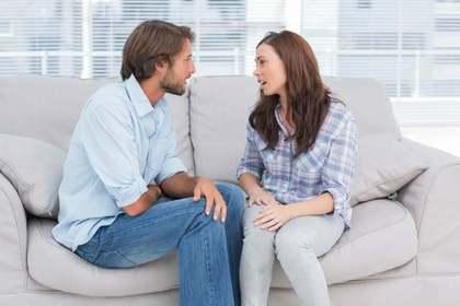 ソファに座って話し合う2人
