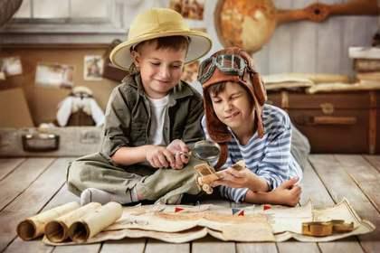 世界地図を見る少年