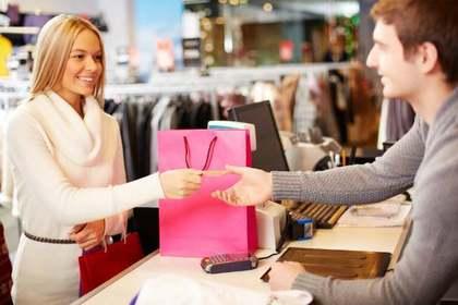 料金を店員に支払う女性