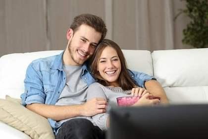 いっしょにテレビを見ているカップル