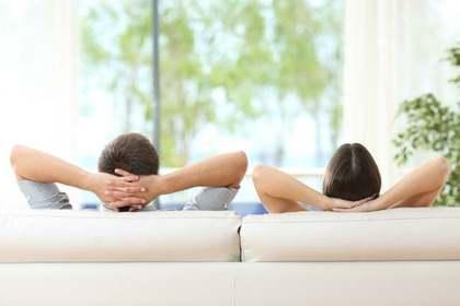 ソファで過ごすカップル