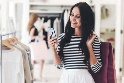 ファッションを考える女性