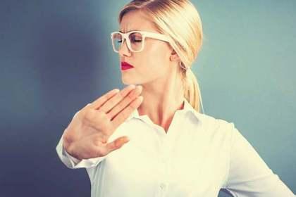 「相手を否定してはいけないと主張する」女性の画像