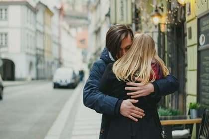 抱きしめられる女性