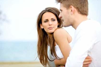 男性の顔を見つめる女性
