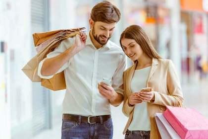 買い物袋を持つカップル