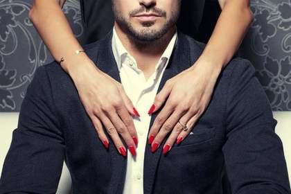 スーツの男性と女性の手