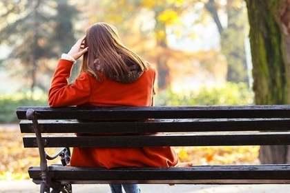 ベンチに座る人