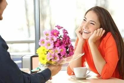 花束を渡される女性