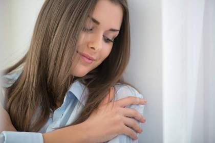'肩を手で包む女性