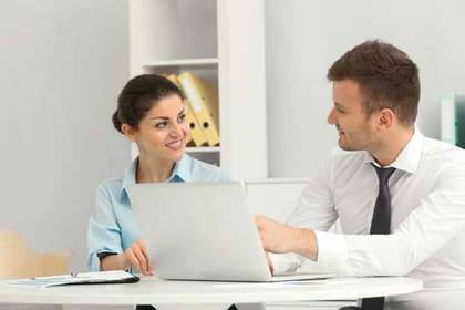 仕事をする女性と男性