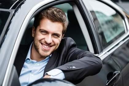 車の運転席から顔を出す男性