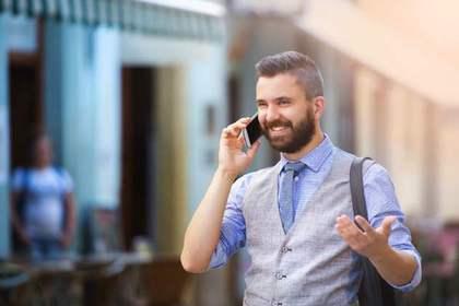 営業電話でわかりやすく伝えようとする人の画像