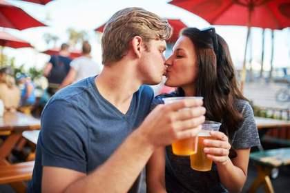 ビールを飲みながらキスする二人