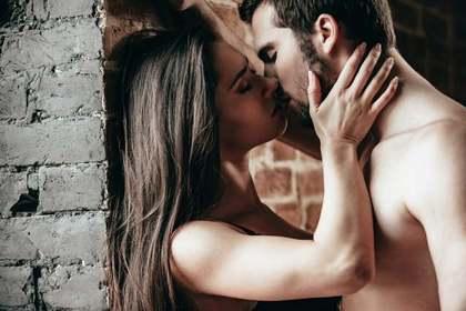 街角でキスする男女