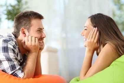 笑顔で見つめ合う男女