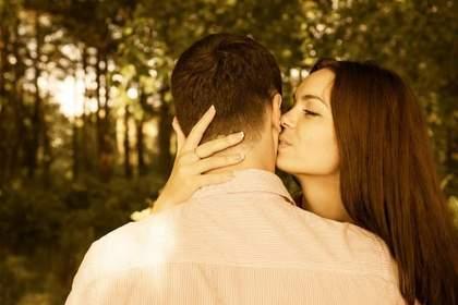 頬にキスをする女性