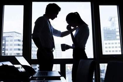 落ち込む女性を励ます男性