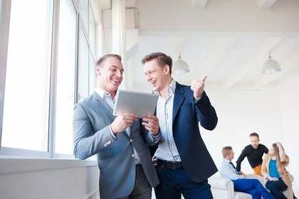 笑顔で話している2人の男性