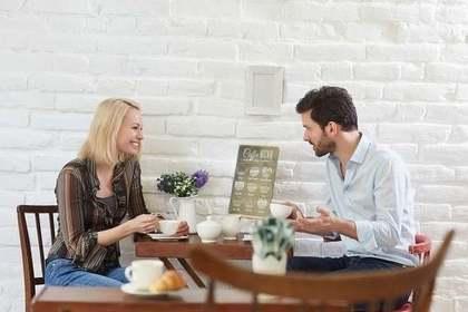 カフェで話す二人