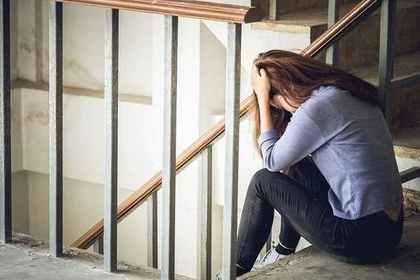 階段で落ち込む女性