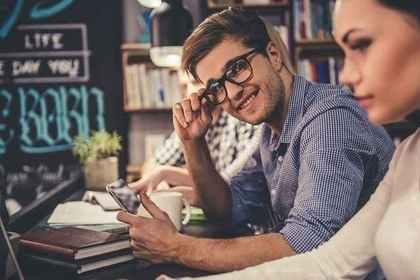 ファーストフードで勉強する人のイメージ画像