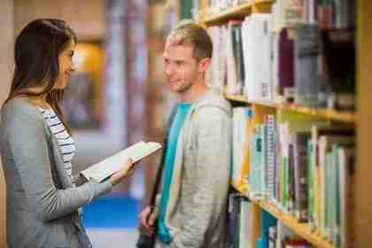 図書館で話す男女