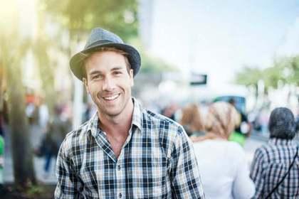 帽子をかぶったハンサムな男性