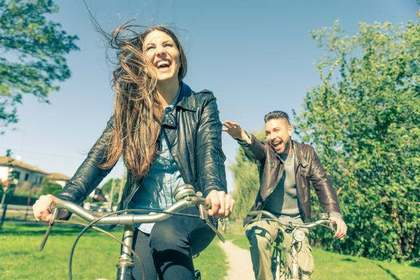 サイクリングをしているカップル