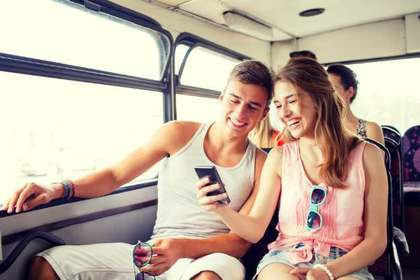 バスに乗るカップル