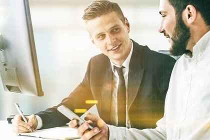 上司に対して「お役に立てたことを大変嬉しく存じます」と伝えるビジネスマンの画像
