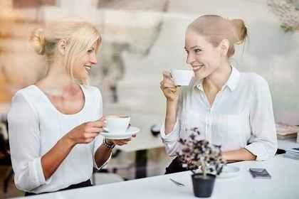珈琲を飲みながら談笑する女性