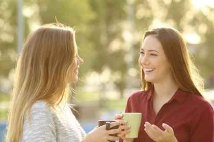 会話をする女性
