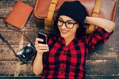 スマートフォンを操作している外国人女性