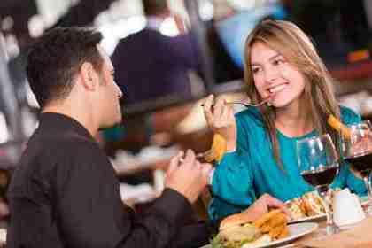 食事しながら話す男女