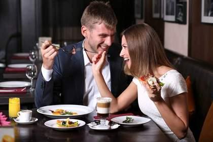 レストランで食事をするカップル