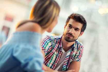 話し合いをする男女