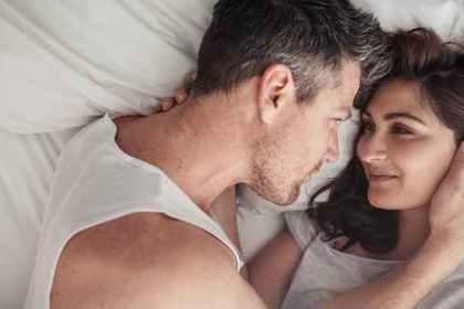 ベッドの上で見つめ合っている男女