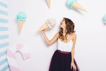 大きなアイスクリームを食べる女性