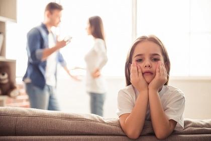 喧嘩する両親と子供